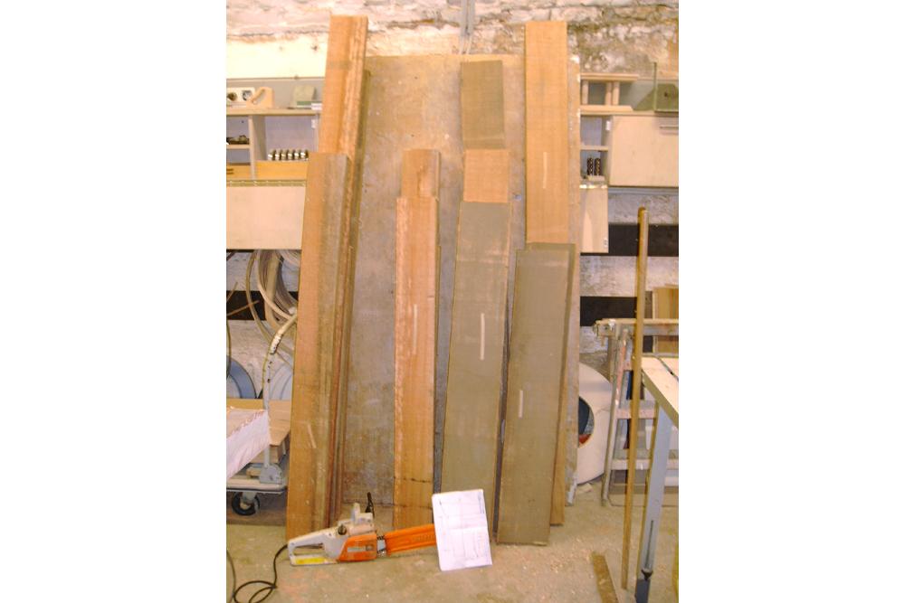 Hier sehen Sie das verwendete Massivholz grob zugeschnitten.