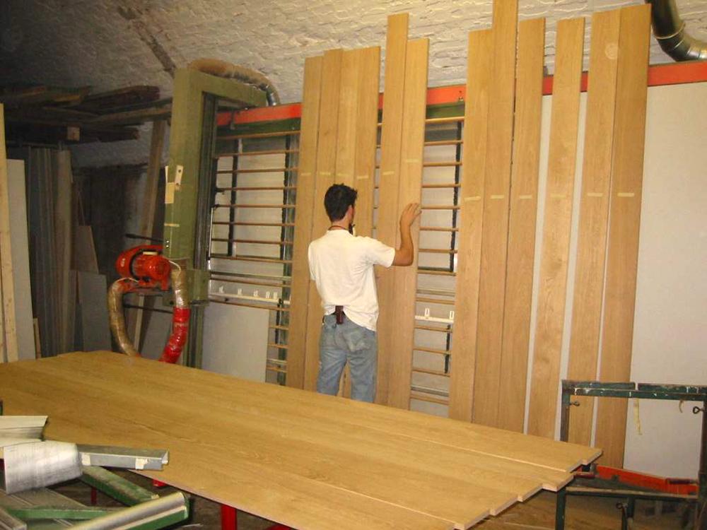 Wir stellen alle Bretter, die später auf dem Rahmen angebracht werden, nebeneinander und schauen, welche Bretter mit ihrer Maserung am besten zueinander passen.
