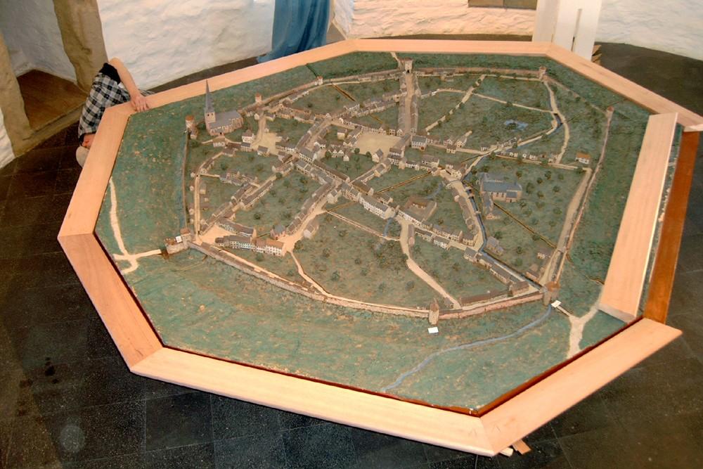 ...und dann wird der zusammengefügte Rahmen von oben über das Modell gestülpt.