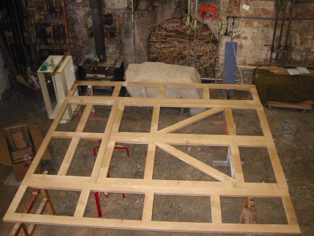 Und hier ist der komplette, mehrteilige Rahmen. Das Grundgerüst fürs Kirchenportal ist fertig.