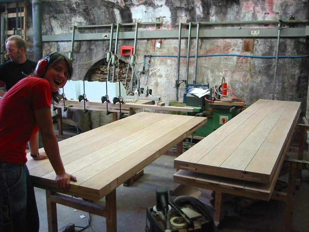 Die Bretter werden auf die Rahmen montiert. Nach dem Einlassen von Bändern und Beschlägen ist die Arbeit in der Schreineri fertig. Portal eingepackt und ab zur Kirche...